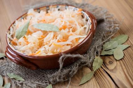 Sauerkraut in Keramikschüssel