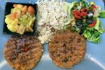 Seitanburger mit Reis und Gemüse