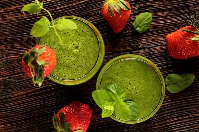 Grüner Smoothie mit Feldsalat und Erdbeeren