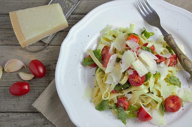 Pasta mit Tomate, Knoblauch, Basilikum und Parmesan